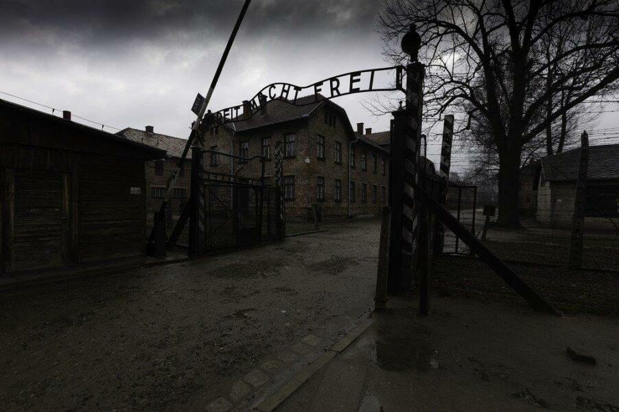 Skolresor till Auschwitz - ingången till Auschwitz